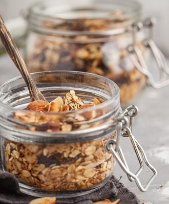 Selbstgemachtes Granola mit bio Kokosöl, lecker zu Smoothie-Bowls