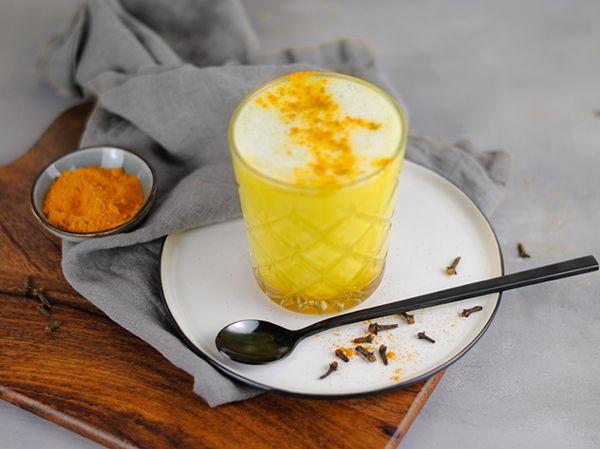 Zubereitete Goldene Milch mit Kurkumapulver
