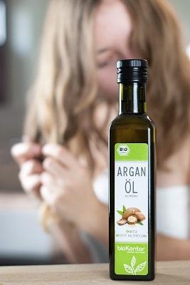 Bio Arganöl von bioKontor in der Anwendung zur Haarpflege
