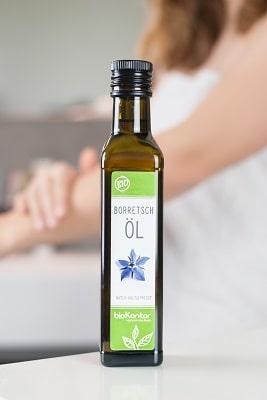 Bio Borretschöl von bioKontor aus kontrolliert biologischem Anbau, in der Anwendung als Hautpflegeöl